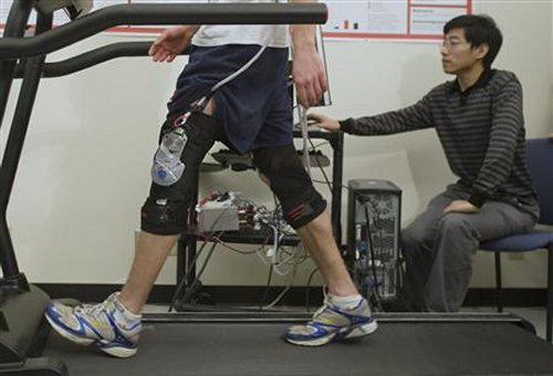 Knee brace that generates electricity to power electronic devices on the go