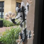 Stickybot robotic lizard climbs on glass