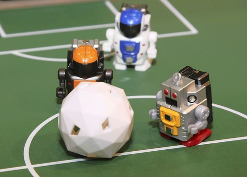 Tomy unveils world's smallest walking robots
