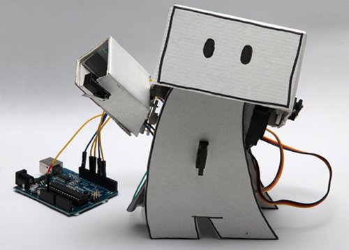 Cute Robot reacts to your friends' tweets